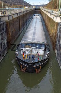 Schiff in einer Schleuse des Main Donau Kanals bei Kelheim