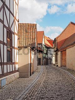 Gasse mit Fachwerkhäusern in der Altstadt von Quedlinburg