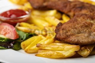 Wiener Schnitzel mit Pommes frites auf dem Teller