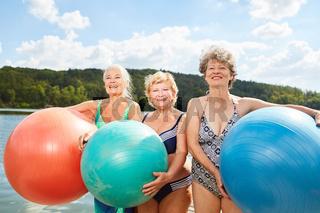 Drei Senior Frauen mit bunten Gymnastikbällen