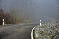 Risk of accidents due to icy roads and fog on winding roads