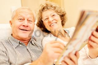Vitales Senioren Paar in der Seniorenwohnung