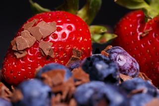 Erdbeeren und Blaubeeren mit Schokoraspeln