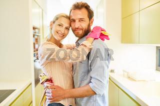 Paar macht Hausarbeit in Gleichberechtigung