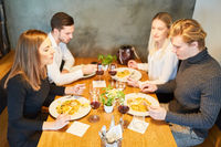 Junge Leute beim gemeinsamen Abendessen