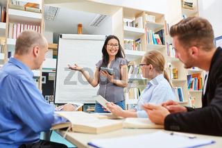 Junge Dozentin in einem Workshop am Whiteboard