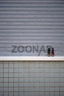 Jalousie mit Mosaikfliesen und Schnapsflaschen