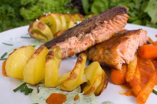 gegrillter Lachs mit Grillkartoffeln