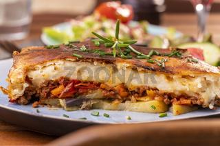 griechisches Moussaka Gericht auf einem Teller