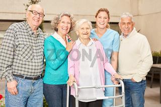 Gruppe Senioren als Freunde im Altersheim