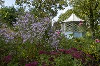 Staudenbeet mit Pavillon