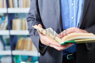 Dozent oder Wissenschaftler liest in einem Buch