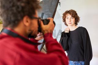 Fotograf mit Kamera macht Portraitfotos