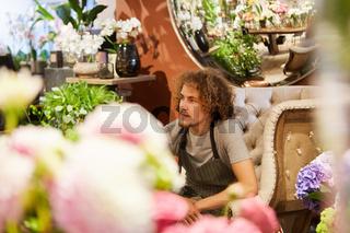 Nachdenklicher Florist in seinem Blumenladen