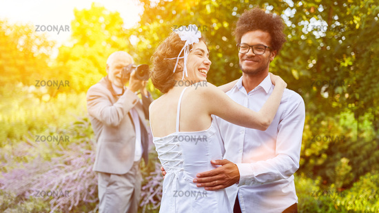 Fotograf beim Paar fotografieren bei Hochzeit