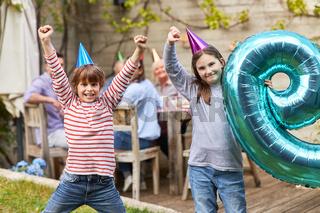 Geschwister feiern zusammen Kindergeburtstag