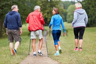 Senioren als Freunde machen Nordic Walking