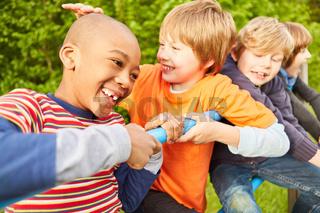 Fröhliche Kinder spielen auf einem Klettergerüst