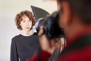 Junge Frau als Fotomodell wird fotografiert