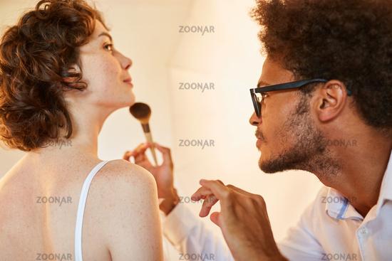 Make-Up Artist schminkt Model für Fotoshooting