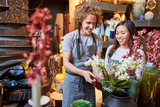 Floristen in der Ausbildung arbeiten zusammen