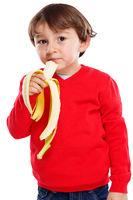 Kind Banane Obst Frucht essen gesunde Ernährung Hochformat isoliert Freisteller freigestellt