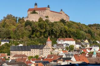 Blick ueber die Altstadt von Kulmbach mit dem Roten Turm und der darueber thronenden Plassenburg