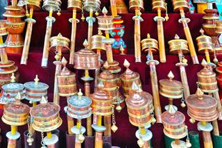 Gebetstrommeln auf dem Markt in Lhasa Tibet