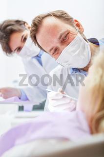Zahnarzt Team mit Mundschutz bei der Behandlung