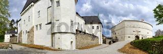 Panorama von Schloss Pöggstall mit Rondell während der Ausstellung 'Alles was Recht ist'