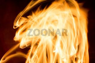 Heizungsfeuer in Langzeitbelichtung mit Lichtstreifen - Nahaufnahme