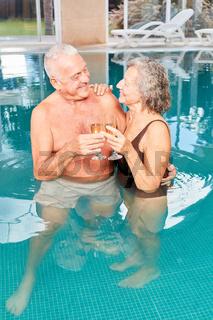 Glückliches Senioren Paar feiert mit Sekt