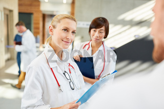 Frau als Ärztin im Gespräch mit einem Kollegen