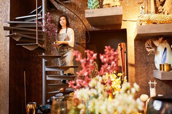 Floristin von Eventfloristik mit Blumen als Deko
