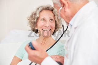 Lächelnde Patientin hat Vertrauen zu ihrem Atzt
