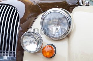Scheinwerfer, Blinker und Kuehlergrill eines britischen Sportwagens der siebziger Jahre