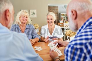 Senioren treffen sich zum Kartenspiel