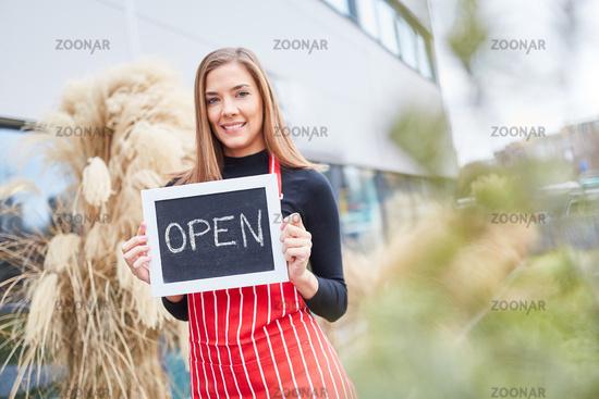 Frau als Unternehmerin mit einer Kreidetafel