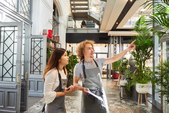Floristen Team macht Inventur im Gartencenter