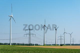 Stromleitungen und Windkraftanlagen in den Feldern