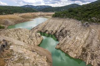 Stausee Barrage de Bimont mit abgesenkten Wasserstand