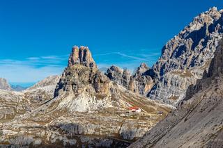 Blick zur Dreizinnenhuette, Dolomiten, Suedtirol