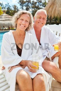 Glückliches Senioren Paar am Hotel Pool