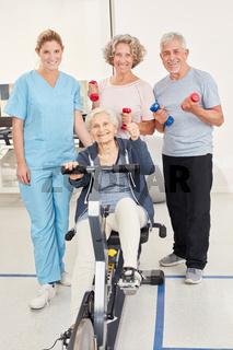 Senioren im Fitnesscenter mit Trainerin