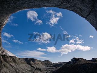 Der Blick aus dem inneren einer Gletscherhöhle