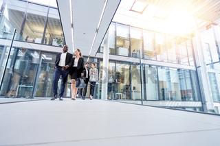 Gruppe Business Leute gehen aus Büro
