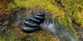 Steinstapel in einer Schlucht
