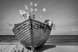 Fischerboot an den Strand gezogen...