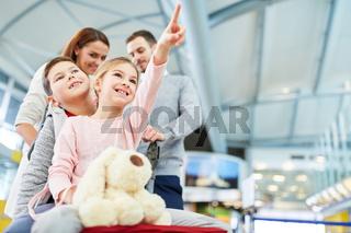 Glückliche Kinder und Eltern fliegen in den Urlaub