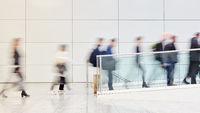Viele anonyme Business Leute gehen Gang im Büro